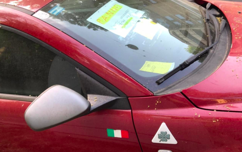 Alfa-Romeo mit Pannen-Post-it für Parksheriff