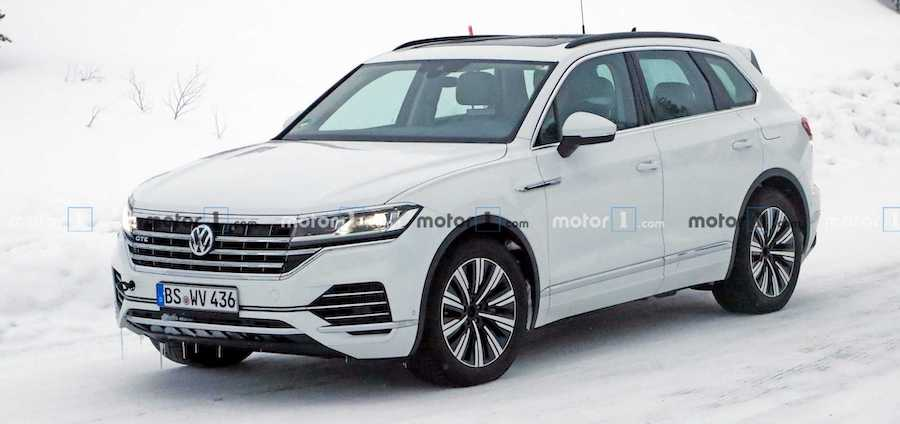 VW Touareg GTE Spied Without An Inch Of Camouflage